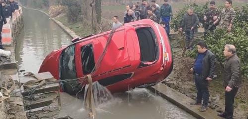 незнакомец упал на машине в реку