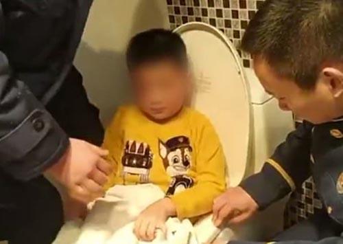 мальчик застрял в сиденье унитаза