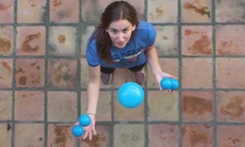 талантливая девушка-жонглёр