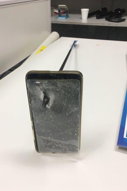 телефон в качестве щита