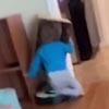 девочка с коробкой на голове