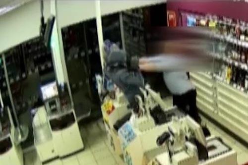 грабитель с ножом в магазине