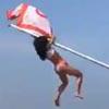 студентка взобралась на флагшток