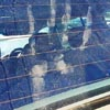 отпечаток руки на стекле машины
