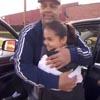 отец толкнул дочь и спас её
