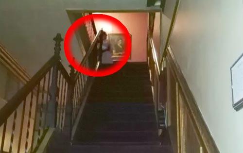 фото привидения на лестнице