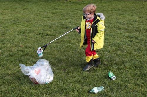 мальчик борется с мусором