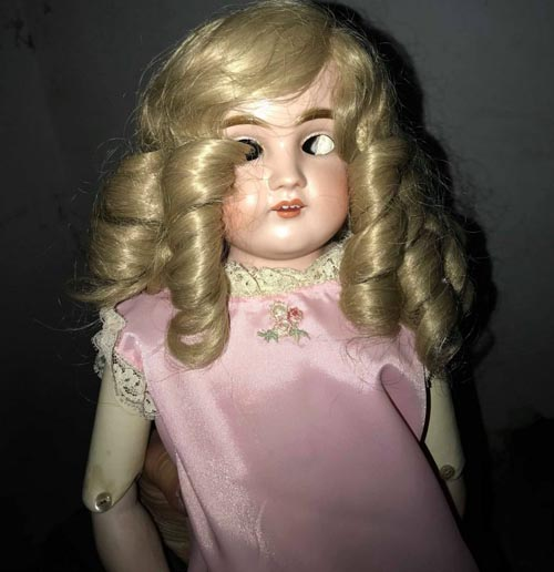 селфи с безглазой куклой