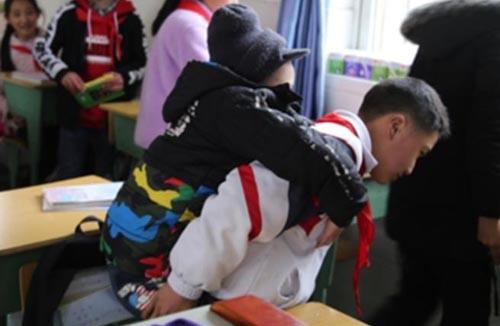 школьник таскает одноклассника