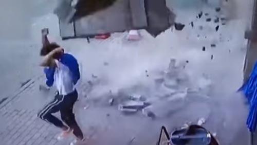 плиты выпали из здания