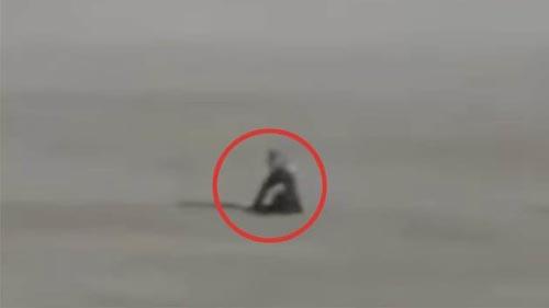 инопланетянин сидел на песке