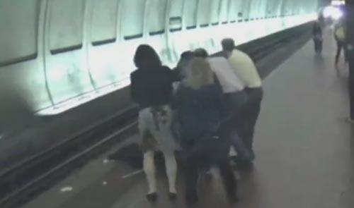 слепой мужчина упал на рельсы