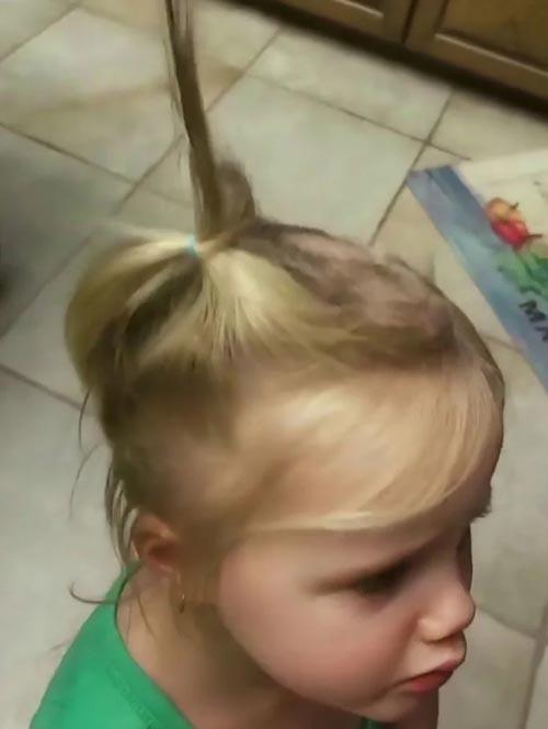 юный парикмахер с электробритвой