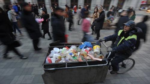 мусорщик жертвует деньги детям