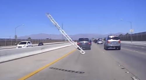 лестница влетела в стекло машины