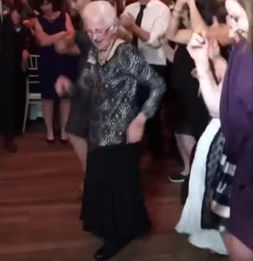 бабушка вышла на танцпол