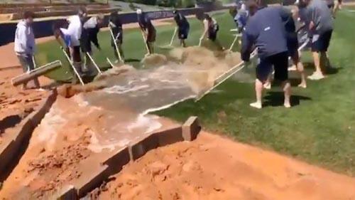 воду убрали с поля граблями