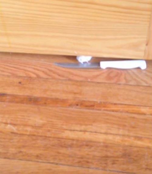 сердитый кот с ножом