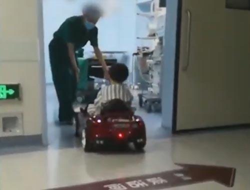 игрушечные машинки в больнице