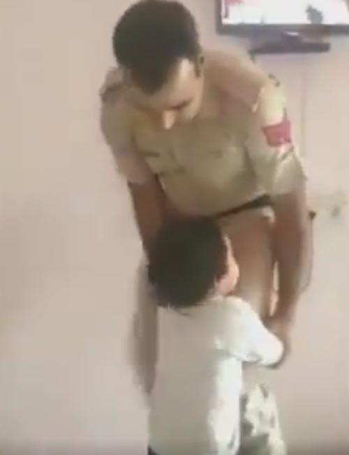 малыш и отец-полицейский