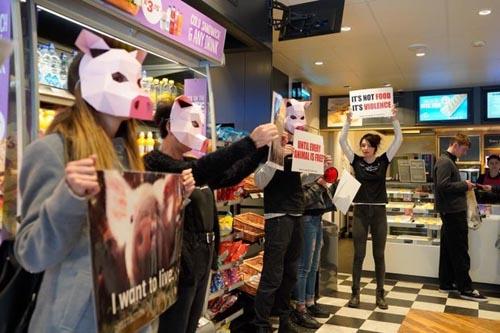 активисты явились в пекарню