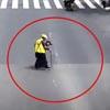 курьер помог старику на дороге