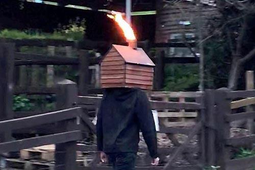 чудак гуляет с сараем на голове