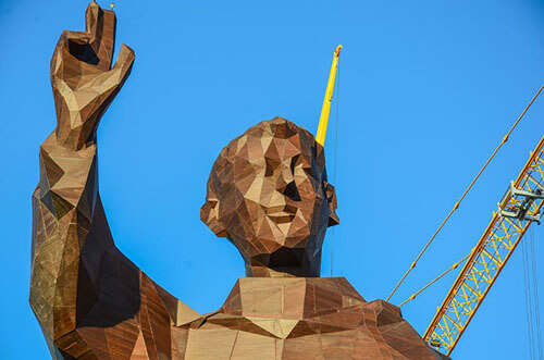 высокая бамбуковая скульптура