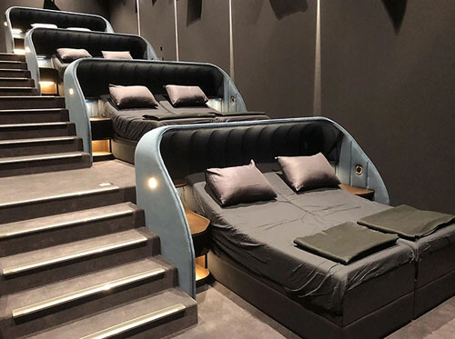 кинотеатр с двуспальными кроватями