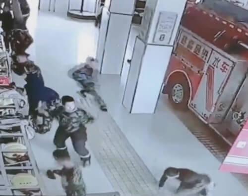 пожарные на скользком полу