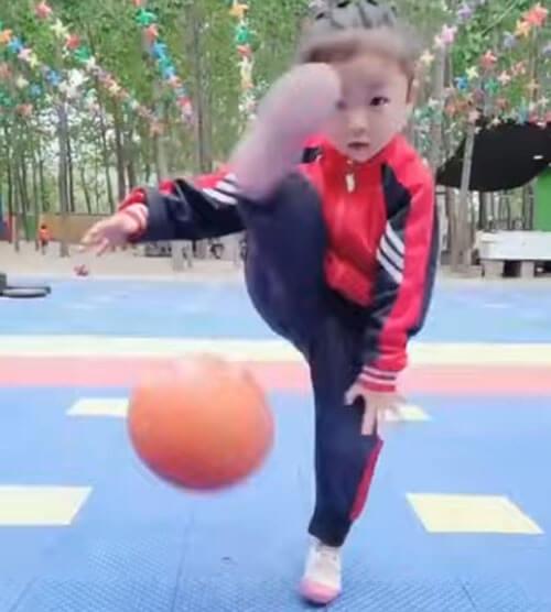 девочка играет в баскетбол