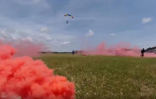смельчак прыгнул с парашютом
