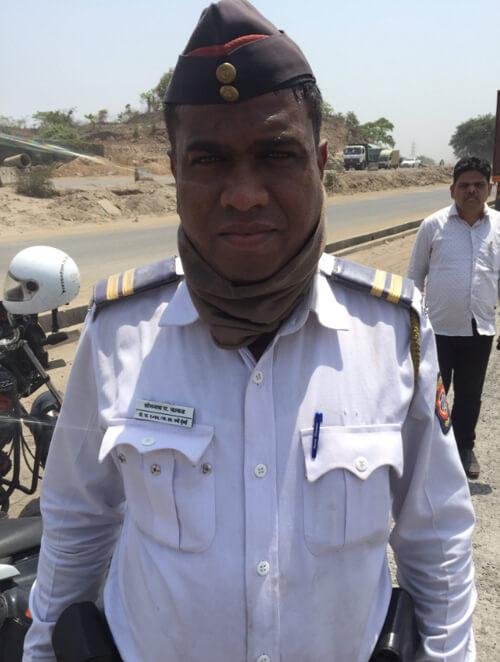 полицейский поделился бензином