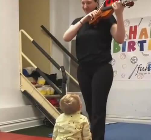 ребёнок услышал скрипку