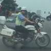 добрый полицейский на мотоцикле