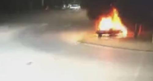 водитель в горящей машине