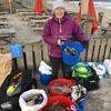 бабушка чистит пляжи