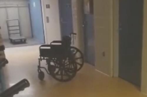 движущаяся инвалидная коляска