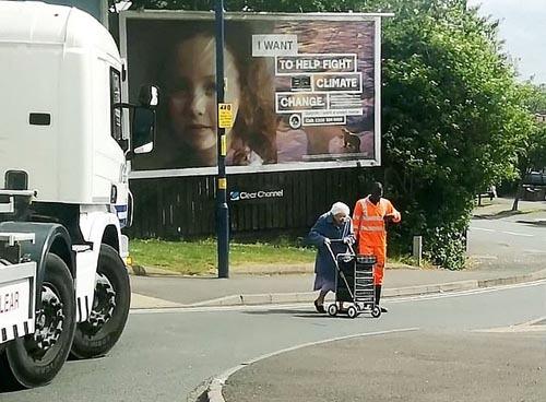 водитель помог старушке