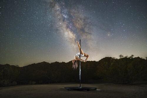 танцовщицы на фоне неба