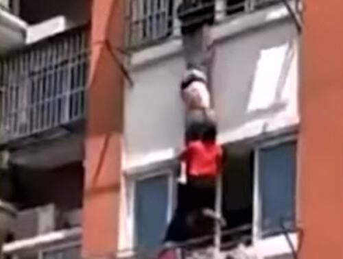мужчина удержал соседку на балконе