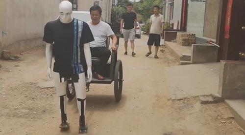 умелец создал робота-рикшу