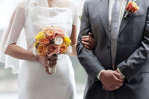 гостья на свадьбе в шортах