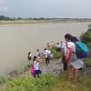 ученики переходят реку вброд