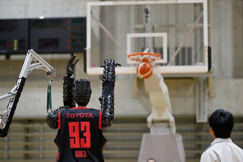 робот играет в баскетбол