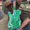 умелец раскрасил гитару