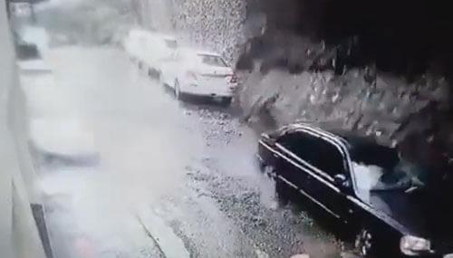 стена обрушилась на автомобили