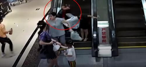 двухлетний мальчик на эскалаторе