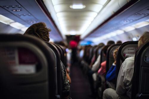длинные волосы авиапассажирки