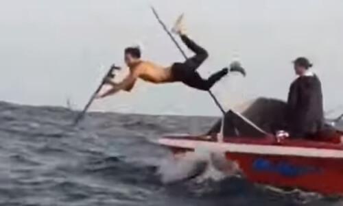 рыбак упал с лодки в воду